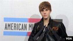 Justin Bieber con sus premios en la entrega de los American Music Awards celebrada el 21 de noviembre de 2010 en Los Angeles.