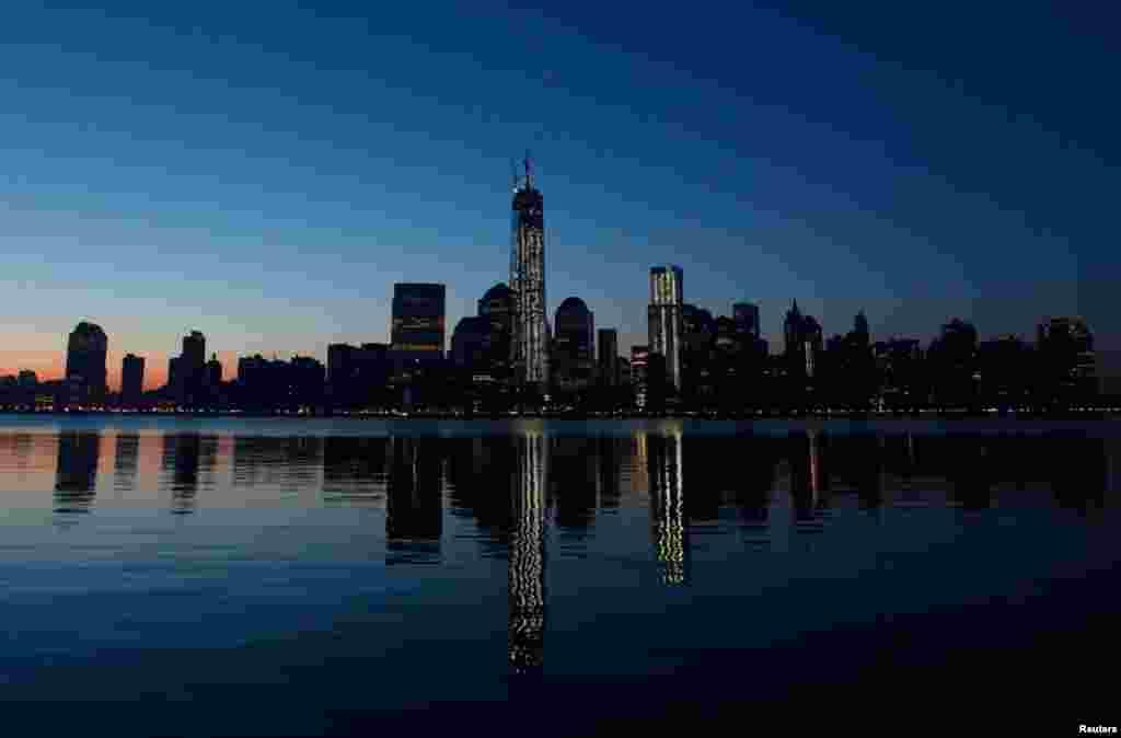 Trung tâm Thương mại Thế giới mới in bóng xuống sông Hudson, nhìn từ phía thành phố Jersey City, tiểu bang New Jersey.