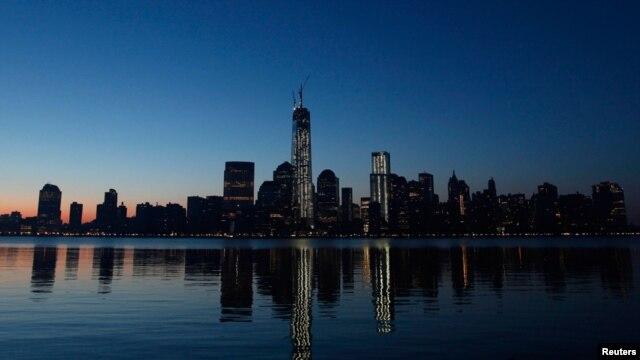 Gedung WTC di New York dan refleksinya di Sungai Hudson dilihat dari Kota Jersey sesaat sebelum bagian puncak menara gedung itu dipasang (10/5).