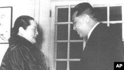 김일성 북한 주석이 쑨원(孫文)의 부인 쑹칭링(宋慶齡) 여사(1981년 사망)와 악수하는 장면. (1958년 12월)