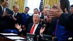 El presidente Trump en la Oficina Oval después de la firma de una legislación que incrementa el presupuesto de la NASA para que la agencia se enfoque en la exploración espacial y Marte. Marzo 21, 2017.