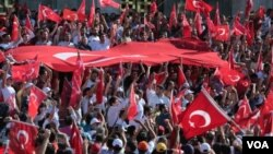Des drapeaux turcs élevés par la foule en Turquie, le 17 juillet 2016.