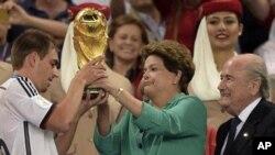رئیس جمهور برازیل جام را به کپتان آلمانی داد