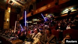 "Para penonton mengenakan kostum dan asesories saat menantikan pemutaran perdana film ""Star Wars: The Force Awakens"" di TCL Chinese Theatre, Hollywood, California,17 Desember 2015 (Foto: dok)."