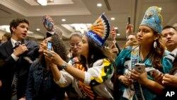 Anak-anak muda warga asli Amerika dalam pertemuan dengan Ibu Negara Michelle Obama di Washington (9/7). (Foto: AP/Jacquelyn Martin)