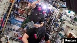 14일 국제우주정거장 미국 측 구역에서 암모니아가 새어나온 징후가 있어서 우주인들이 러시아 구역으로 대피하는 소동이 벌어졌다.