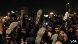 Para demonstran anti-pemerintah di Kairo mengangkat sepatu guna mencemooh keputusan Mubarak untuk terus bertahan hingga akhir masa jabatannya, Kamis (10/2).