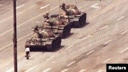 Tanklar yo'lini to'sib turgan namoyishchi. Pekin, Xitoy 5-iyun, 1989.