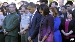 صدر براک اوباما اور مشیل اوباما وہائٹ ہاؤس میں منقعدہ گیارہ ستمبر کی تعزیتی تقریب میں