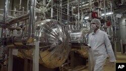 Seorang teknisi bekerja di salah satu fasilitas nuklir Iran di Isfahan (foto: dok).