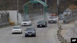 由開城工業園區開返韓國的車輛。(資料照片)