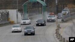 在朝鮮宣佈關閉位於兩韓之間的開城工業園區之後﹐4月8日,韓國工人從平壤開車返回首爾。