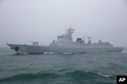 中国海军052D型贵阳号导弹驱逐舰在青岛附近参加海军演练。(2019年4月23日)