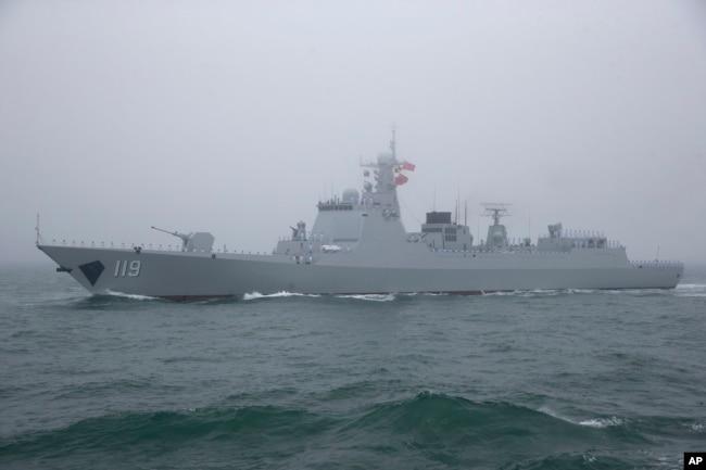 中國海軍052D型貴陽號導彈驅逐艦在青島附近參加海軍演練。 (2019年4月23日)