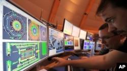 Các nhà khoa học làm việc tại Trung tâm Nghiên cứu Hạt nhân Châu Âu CERN.