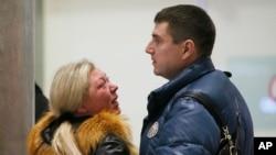 러시아 코갈림아비아 항공 소속 사고 여객기 탑승자 가족이 오열하고 있다