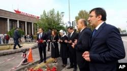 نخست وزیر و چند مقام دیگر ترکیه در محل انفجارها دعا می خوانند