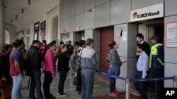Người dân rút tiền mặt từ một Ngân hàng ở Ấn Độ
