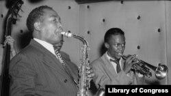 Чарли Паркер (слева) и Майлз Дэвис (справа) в баре Three Deuces в Нью-Йорке, 1947