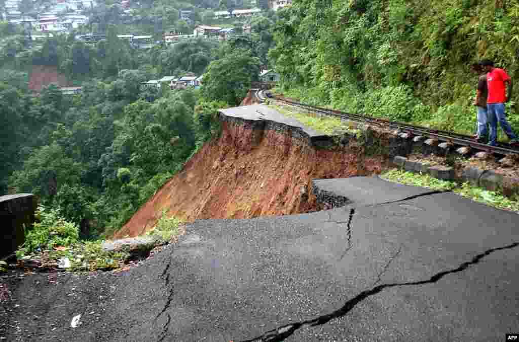 28 tháng 9: Đường sắt bên cạnh khu đất hư nát sau trận động đất mạnh 6,9 độ tại Ấn Độ. (AP Photo/Saptarshi Maitra)