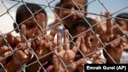내전을 피해 터키의 시리아 접경 수루크 난민 캠프에 머물고 있는 시리아 어린이들. (자료사진)