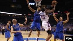 Kevin Durant seul en attaque contre les pivots Mavs Dirk Nowitzki et Tyson Chandler, sous le regard de Jason Kidd et Shawn Marion, à gauche sur la photo.