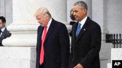 资料图片-美国总统唐纳德•川普和他的前任巴拉克•奥巴马
