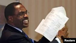 前美國職業拳擊手卡特颶風手拿釋放他的文件(2004年1月29日資料照片)