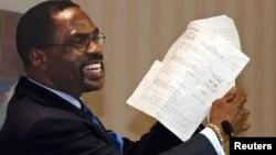 """2004年1月29日前拳击手鲁宾""""飓风""""卡特举起出狱文件"""