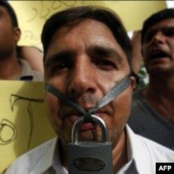 Gazeteci Salim Şehzat'ın istihbarat ajanları tarafından öldürülmesini protesto eden Pakistanlı meslektaşları
