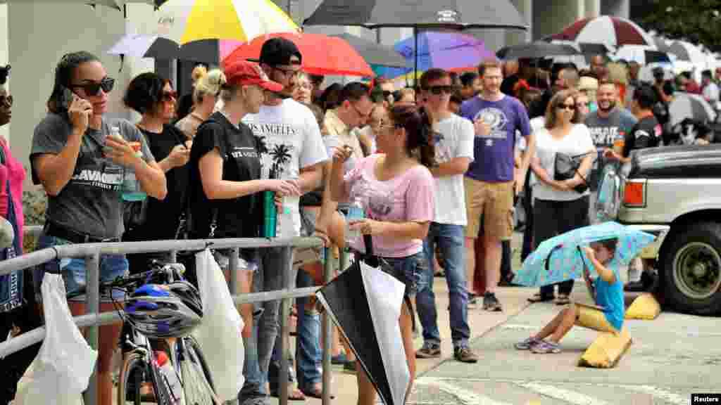 Des centaines de personnes font la queue devant une clinique pour donner du sang aux victimes, Orlando, le 12 juin 2016.