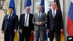 De izquierda a derecha: los ministros de Relaciones Exteriores de Ucrania, Pavlo Klimkin, Francia, Jean-Yves Le Drian, Alemania, Heiko Maas, y Rusia, Sergey Lavrov, posan para la prensa antes de una reunión en Berlín, 11 de junio de 2018.