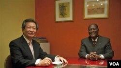 Wakil Khusus Sekjen PBB Young-jin Choi (kiri) bertemu Presiden Alessane Ouattara di Hotel Golf, Abidjan (14/4).