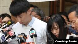 梁颂恒和游蕙祯在法庭外向选民致歉(苹果日报图片)