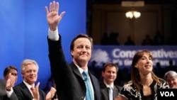 David Cameron, pemimpin Partai Konservatif bersama isterinya, Samantha di hadapan para pendukungnya.