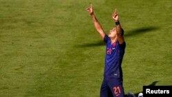 Memphis Depay merayakan golnya pada menit ke-68 melawan Australia.