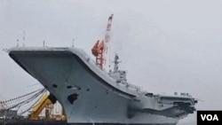 Tiongkok tengah memodernisasi militernya, termasuk membangun kapal induknya yang pertama (27/7).