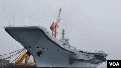 Kapal induk pertama Tiongkok terlihat di pelabuhan Dalian (27/7). Tiongkok membangun kapal induk setelah membeli bekas kapal induk 'Varyag' dari Ukraina tahun 1998.