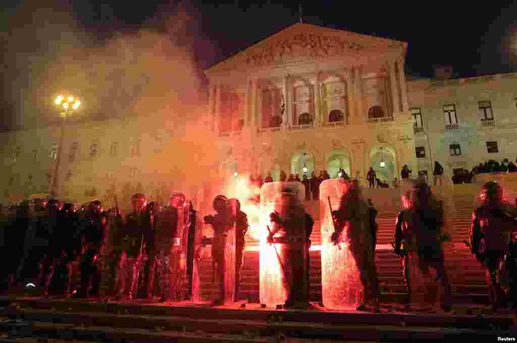 Polícia junto ao parlamento português durante manifestação anti-austeridade