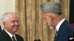 로버트 게이츠 미 국방장관(왼쪽)과 하미드 카르자이 아프간 대통령(오른쪽)