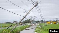 25일 일본 사가현 카미미네 마을 전봇대가 태풍 '고니'가 동반한 강풍으로 쓰러졌다.