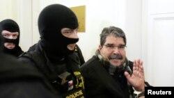 صالح مسلم در پراگ در حین ورود به دادگاه