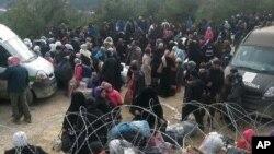 지난 3일 터키로 입국하기 원하는 시리아 난민들이 봉쇄된 국경 지역에서 대기하고 있다. (자료사진)