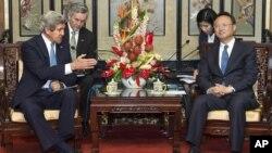 Menlu AS John Kerry dalam permbicaraan dengan kepala kebijakan luar negeri China, Yang Jiechi di Beijing, Sabtu (13/4).