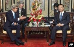 美国国务卿克里和中国国务委员杨洁篪在北京钓鱼台国宾馆交谈(2013年4月13日)