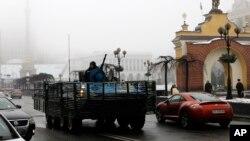 在烏克蘭軍隊的坦克進入首都基輔的街道。