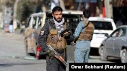 Seorang petugas polisi berjaga setelah roket menghantam daerah pemukiman di Kabul, Afghanistan 21 November 2020 (Foto: REUTERS/Omar Sobhani)