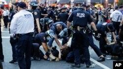 Một vụ bắt giữ trong cuộc biểu tình ở New York.