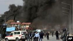 دود ناشی از انفجار یک خودروی بمبگذاری شده در مقابل ورودی ستاد منطقهای پلیس غرب کابل - ۱۱ اسفند ۱۳۹۵