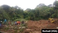 Upaya pencarian 2 korban tanah longsor dibantu alat berat. (Foto:VOA/Nurhadi)